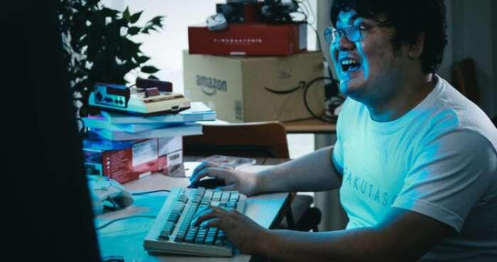 パソコンで出来る事が分からなくておかしくなっている男