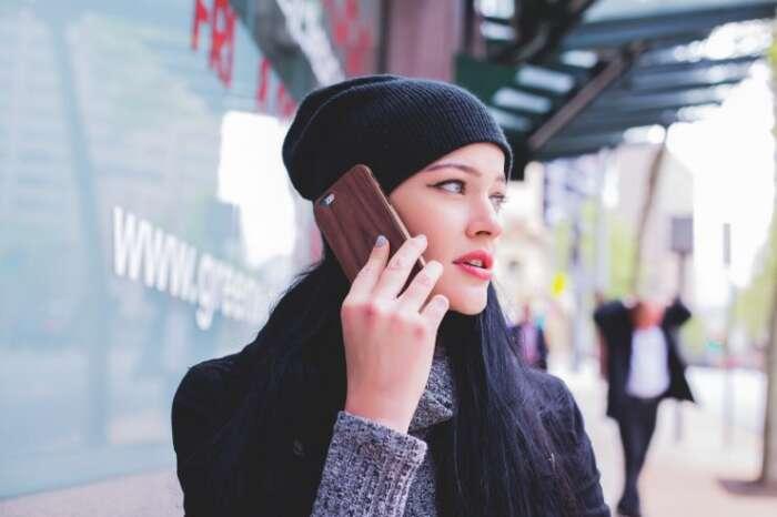 誰かと遊んで無料の暇つぶしするために友達に電話をする女性