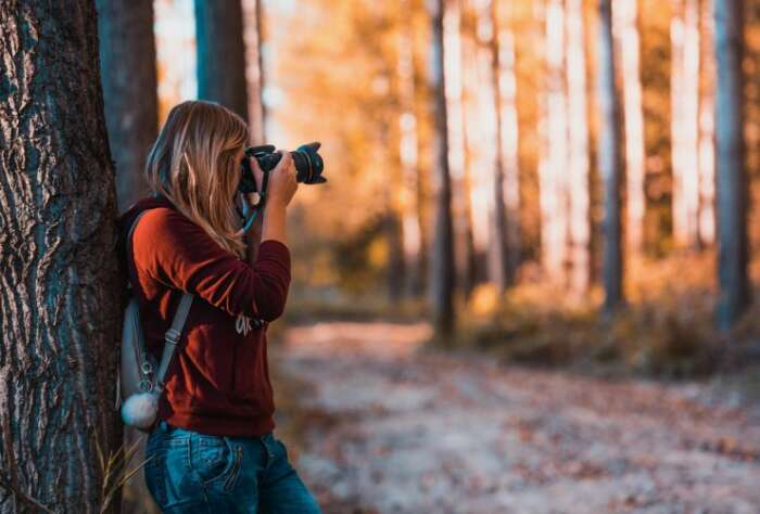 写真を撮って無料で暇つぶしする女性