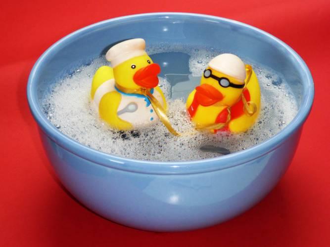 お風呂掃除に、洗剤を浴槽に吹きかけるのはやめよう!