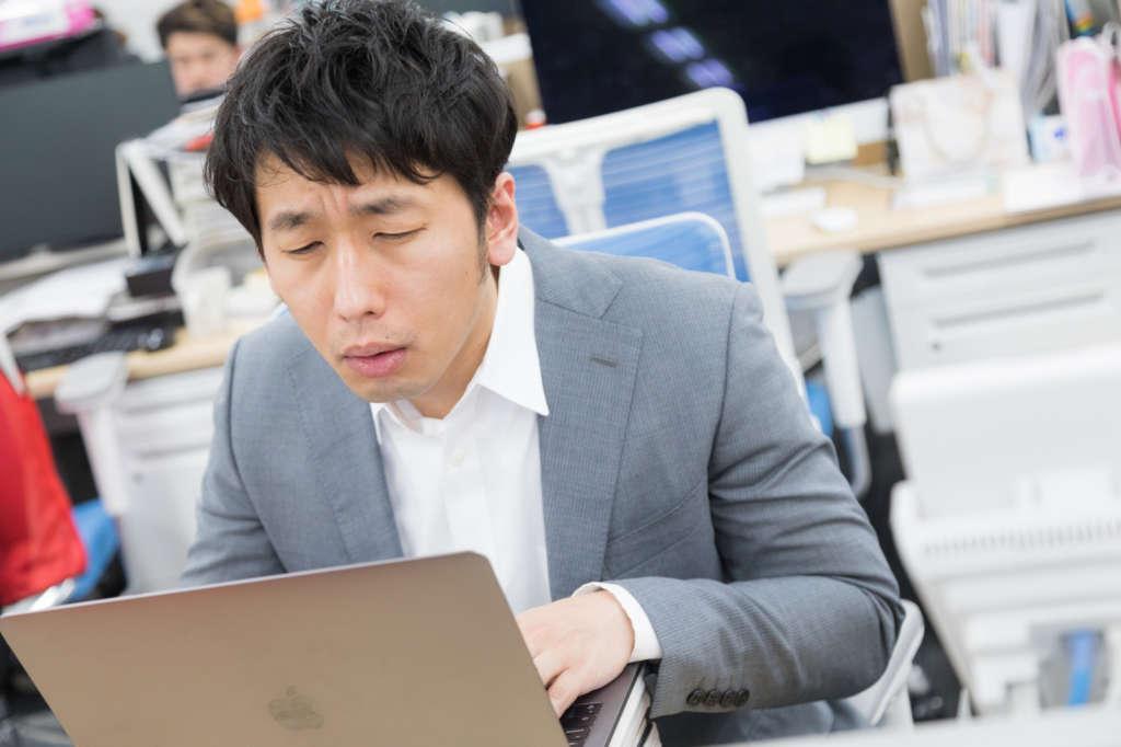 パソコンの高さを調整する目安と方法【パソコンの肩こり、眼精疲労対策に!】
