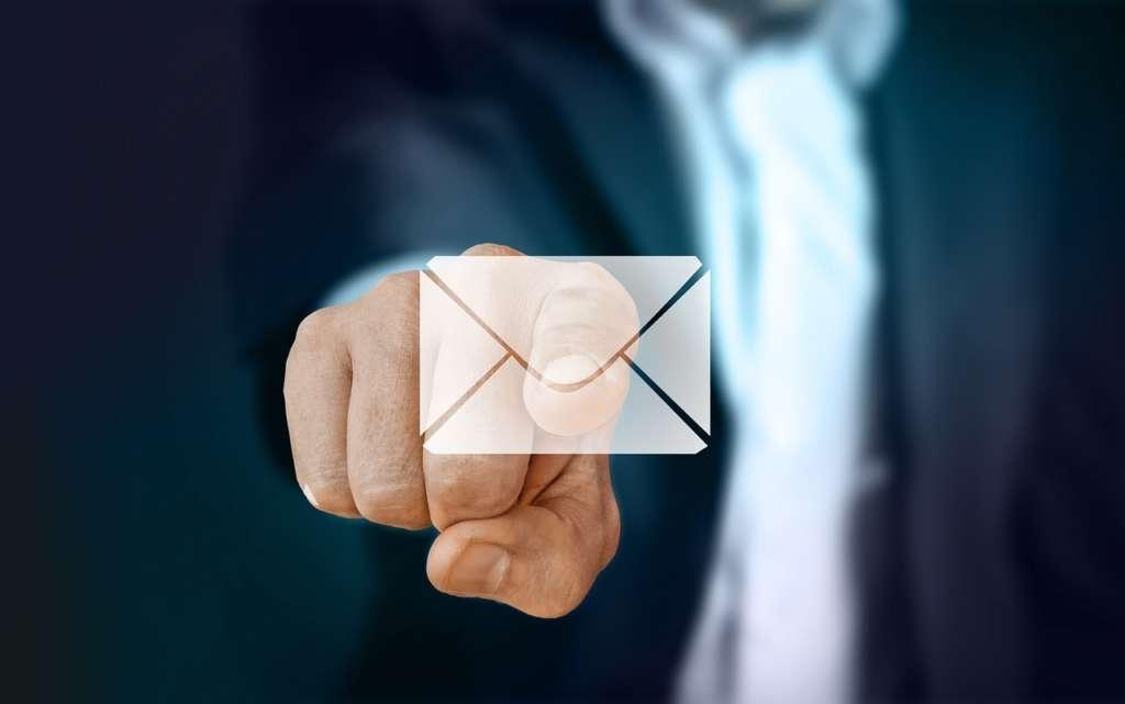 隙間時間にメールなどの返信をする