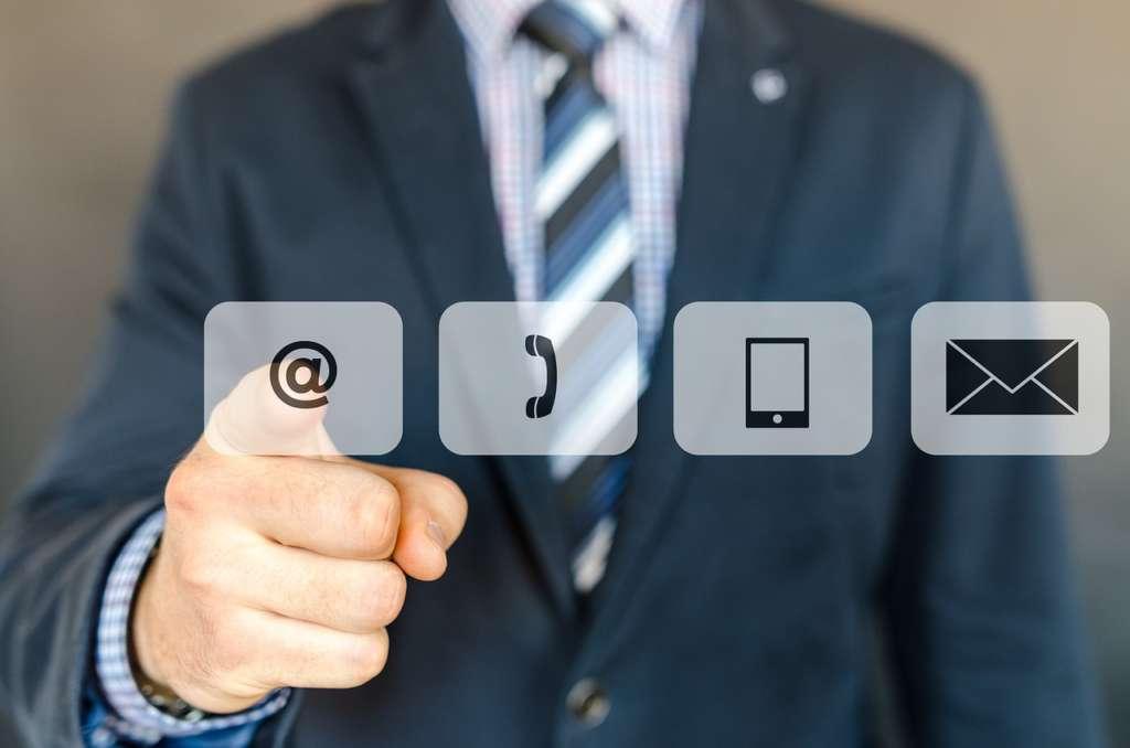 基本的に電話は不要。ビジネスはメールで対処出来る様に行動すべき