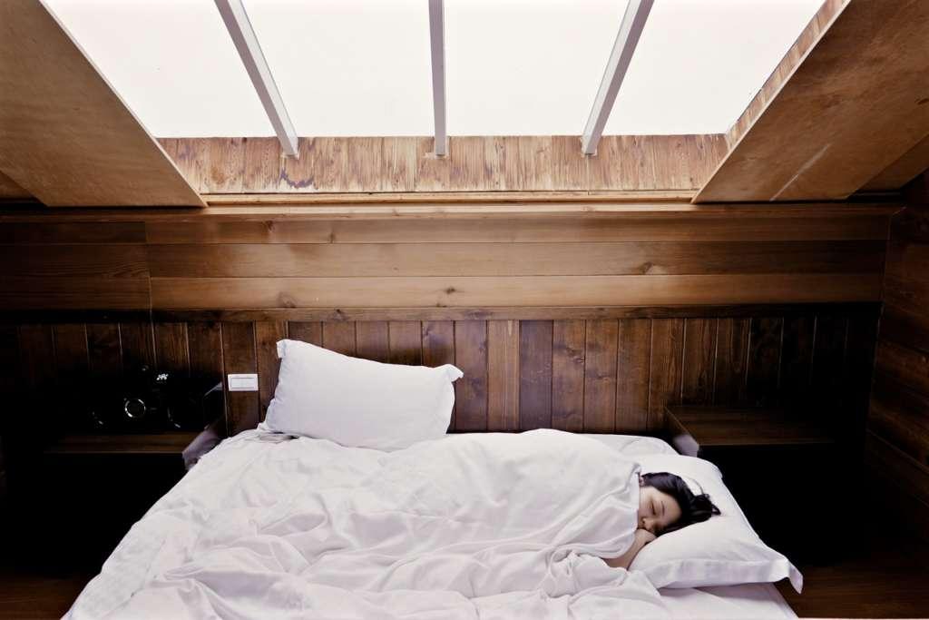寝る時のスマホの距離は直ぐ手に取れる所じゃない方がいいです