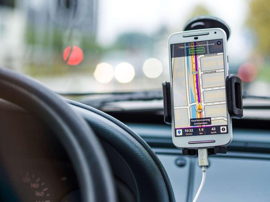 運転しながらスマホの罰則強化!ながら運転はとても危険なのでやめましょう。